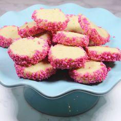 Spröda småkakor rullade i rosa pärlsocker –ljuvligt god och enkla att göra!