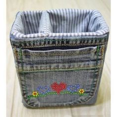 DIY denim fabric baskets – Craft projects for every fan! Arts And Crafts Storage, Diy Storage, Diy Ripped Jeans Tutorial, Fabric Basket Tutorial, Denim Tote Bags, Basket Crafts, Denim Crafts, Recycle Jeans, Best Running Shoes