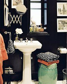 black bathroom. PRECISO deste espelho.