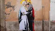 ] ROMA *11 mayo de 2017. Un mural de tamaño natural que muestra al Papa Francisco con un halo besando al presidente estadounidense, Donald Trump, quien tiene cuernos, apareció en una pared cerca del Vaticano el jueves, a menos de dos semanas de que ambos líderes se reúnan. El mural, pintado en...