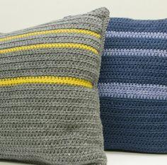 Cozy looking crochet pillows Modern Crochet, Crochet Home, Crochet Crafts, Crochet Yarn, Crochet Stitches, Crochet Cushion Cover, Crochet Cushions, Cushion Covers, Crochet Designs