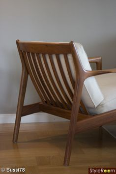 Back of the Folke Ohlsson for Dux armchair. Höjd 70 cm, bredd 73 cm, djup 79