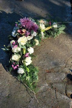 Funeral Flower Arrangements, Funeral Flowers, Floral Arrangements, Cemetery Decorations, Funeral Tributes, Sympathy Flowers, Ikebana, Flower Crafts, Flower Designs