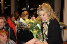Petra bekommt Blumen von ihren Fans. Petra is presented with flowers from her fans.