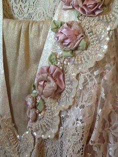 Embroidery Silk Ribbon gorgeous lace with ribbon roses Ribbon Art, Lace Ribbon, Ribbon Rose, Vintage Shabby Chic, Vintage Lace, Vintage Diy, L'art Du Ruban, Band Kunst, Pearl And Lace