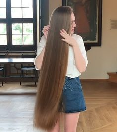 VIDEO - Rapunzel in the museum - RealRapunzels Long Hair Play, Long Brown Hair, Long Layered Hair, Cut My Hair, Long Hair Cuts, Straight Hair, Rapunzel Gif, Women Haircuts Long, Medium Hair Styles