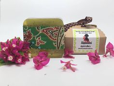 Green Tea Herbal Soap  Suitable for dry and sensitive skin.  Main medicinal ingredients; Green tea extract, Mulberry leaf extract, Asiatic pennywort extract. Green Tea Soap; gentle on sensitive skin with antioxidants, reduces wrinkles and hydrates your skin. www.sippasini.com