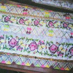 Diy And Crafts, Projects To Try, Quilts, Embroidery, Blanket, Tela, Ladies Capes, Folklore, Flower