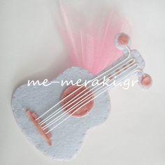 Χειροποίητη μπομπονιέρα βάπτισης, κιθάρα (16 x 7 εκ.) από τσόχα.Χειροποίητη μπομπονιέρα βάπτισης, τσόχα. Με Μεράκι Μπομπονιέρες Χειροποίητες μπομπονιέρες www.me-meraki.gr