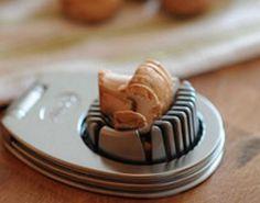 Tenké plátky hub vám pomůže vytvořit obyčejný kráječ na vajíčko. Jedním pohybem máte hotovo.