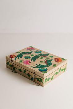 Caja de madera grande - Comprar en Salmón Tienda Painted Wooden Boxes, Wooden Case, Hand Painted, Diy Painting, Painting On Wood, Wood Basket, Painted Furniture, Reuse Furniture, Craft Box