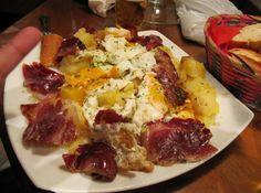 Cómo hacer huevos rotos o estrellados, un plato tradicional en Madrid o en Canarias, que no puede negar su origen español. Es muy sencillo de hacer,