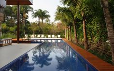 A piscina em formato de 'L' garante o diferencial do projeto criado por Benedito Abbud