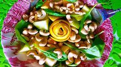 Słodko-kremowa sałatka z młodego szpinaku, pomarańczy, gruszki i nerkowców – Roślinne pychotki