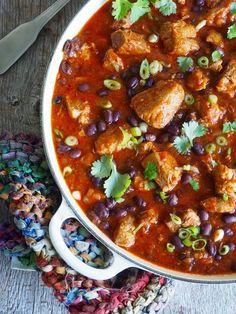 Krydret gryterett med svinenakke og svarte bønner Tex Mex, Pulled Pork, Hot Sauce, Pork Recipes, Slow Cooker, Chili, Nom Nom, Curry, Food And Drink