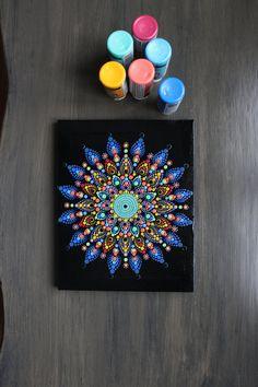 Dit is een originele hand beschilderde dot mandala op gewikkeld doek. Versierd met strass Zwarte grondlaag Duidelijk toplaag te beschermen van de illustratie Kleurrijke Bedankt voor je bezoek