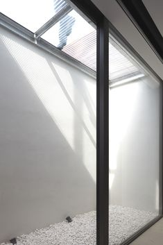 GIF The Heliobus mirror shaft turns your dark basement into a living or working space. The principle is both simple and ingenious. A module lin. Basement Window Well, Dark Basement, Basement Lighting, Basement Windows, Basement Bedrooms, Basement Kitchen, Cellar Conversion, Basement Conversion, Light Well
