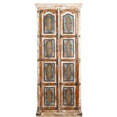 Eines Königs würdig wären die kunstvollen Schnitzereien, die der Hatari Palace-Serie ihre kostbare Anmutung verleihen. Sie sind im prachtvollen Moghul-Stil ausgeführt und zeugen von großem handwerklichen Können. Hier: Schrank mit sehr aufwändigem Dekor aus Schnitzereien und Leisten, effektvoll kombiniert mit Ornamentbeschlägen und von Hand aufgetragenen Farbeffekten. Ausgeprägte antike Patinierung, vor allem an den Seiten. Aus Mangoholz. Innen mit drei Böden.