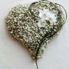 looks like stiro foam heart, moss, dried vines, babies breath, and any flower of choice will work...lovely heart...