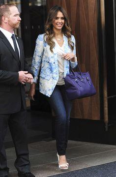 Jessica Alba apporte une touche de couleur vive à son look urbain avec un Soft Ricky violet
