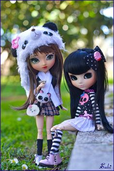 I love so much how fits these girls together *__* Beautiful pullip DDalgi: Kokoa es belong my friend Nova <3 she's really lovely and I love so much her style *_* Also In this picture you can see Paw with open eyes! I love my panda girl <3 *Pand scarf and boots from Mui Mui Kawaii/ gabrielita *Panda bag from Greenbottle <33 Thank you so much Bea for it! I love it so much *__*