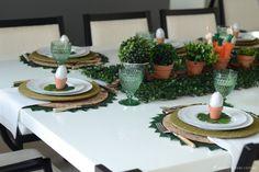 Essa mesa elegante e simpática foi produzida em casa para servir um delicioso jantar de páscoa de forma simples e...