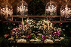 Casamento ao ar livre: decoração da mesa do bolo