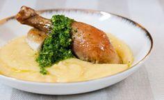 Receita de frango assado com polenta mole e pesto brasileiro.