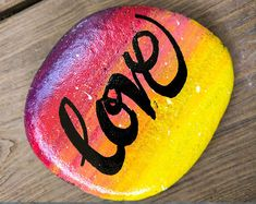 See more ideas about rock painting, painted rocks and painting on stones. Seashell Painting, Pebble Painting, Pebble Art, Stone Painting, Rock Painting Ideas Easy, Rock Painting Designs, Stone Crafts, Rock Crafts, Clay Crafts