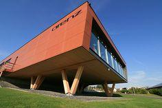 Holzkonstuktion am Plus Energie Gebäude in Dernbach