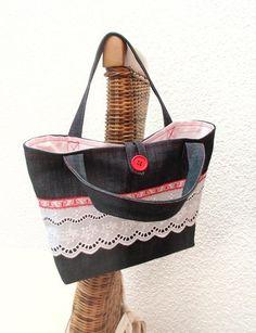 """Handtasche    """"romantisch"""" und """"verspielt""""      ♥♥♥♥♥    mit zwei Henkel und Knopf zum schließen ♥♥♥    Jeansstoff  weiße Spitze und Schmetterlings..."""