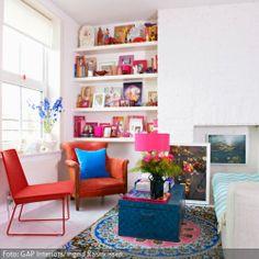 Wohnzimmer mit bunt dekorierter Sitzecke | roomido.com