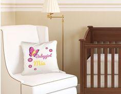 Bei diesem Kissen kannst Du das Design mit einem Namen personalisieren lassen.  #baby #girl #kinderzimmer