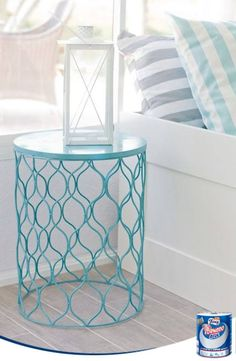 Pinta y gira una papelera de alambre para tener una mesa supletoria para tu terraza.
