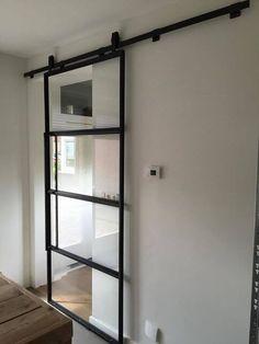 Schitterende mat zwarte stalen schuifdeuren met kickplate in huis? Dan is er geen mooiere keus dan een Industriele Stalen Schuifdeur!!