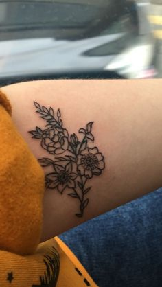 Piercings and Tattoos - Floral Outline tattoo Dream Tattoos, Future Tattoos, Love Tattoos, Unique Tattoos, Mini Tattoos, Body Art Tattoos, New Tattoos, Tatoos, Small Flower Tattoos
