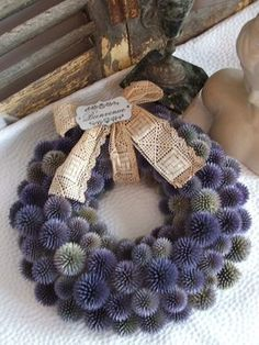 Jolie couronne de bienvenue style shabby chic en chardon bleu Pretty shabby chic welcome wreath in blue thistle Style Shabby Chic, Shabby Chic Stil, Rustic Shabby Chic, Deco Floral, Arte Floral, Decor Crafts, Diy And Crafts, Pine Cone Crafts, Welcome Wreath