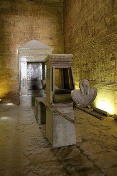 Edfu Temple,Egypt: O templo de Edfu é um templo dedicado ao deus Horus (deus com a forma de um falcão).