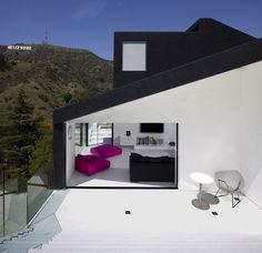 Sur les collines d'Hollywood en Californie, l'agence XTEN Architecture a réalisé la Nakahouse, une maison ouverte sur l'extérieur dont les surfaces extérieures sont traitées en noir et les surfaces intérieures en blanc.