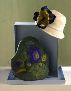 Ecco come creare una deliziosa borsa fatta a mano. Ti bastano feltro e un pizzico di fantasia per realizzare fai da te la borsa personalizzata con fiori e geometrie colorate: un accessorio trendy di cui non poter più fare a meno... oppure il dono da regalare a un'amica speciale. Sei pronta a iniziare?