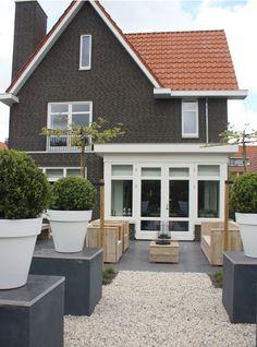Soms kom je zomaar op een buitenlandse huizensite een prachtig huis uit ons eigen land tegen. Zoals dit huis met een oppervlakte van 300 m2 dat ligt in de omgeving van Maasland. Hoofdkleuren zijn grijs, wit en houttinten. Hierdoor ontstaat een mooie, warme en tijdloze basis.