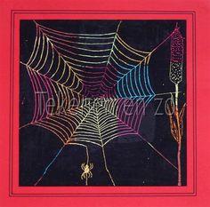 papier vol kleuren met oliepastelkrijtjes. gebruik vooral herfstkleuren. daarna met zwart krijt erover heen. daarna een spinnenweb krassen met een sateprikker