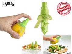 Il #limoneSpray è un originale e funzionale #accessorio da #cucina realizzato da Lékué. Realizzato in #silicone, ti permette di spruzare il #succo fresco direttamente sui #piatti ed aromizzare #bibite o #cocktail. Il #set contiene 2 #spray di diverse grandezze per spremere al massimo ogni tipo di #frutto: lungo per #limoni, #arance, #pompelmi e corto per #agrumi più piccoli come #manderini e #lime.