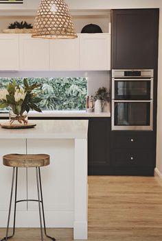 TIPS Coastal kitchen ideas Area Concepts 2020 Modern Shaker Kitchen, Timber Kitchen, Shaker Style Kitchens, Home Kitchens, Kitchen Soffit, Kitchen On A Budget, Home Decor Kitchen, Kitchen Interior, New Kitchen