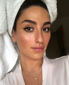 This Insta-Famous Makeup Artist's Beauty Bag Is Worth What's Inside Makeup Goals, Beauty Makeup, Hair Makeup, Hair Beauty, Eye Makeup, Natural Makeup Looks, Simple Makeup, Famous Makeup Artists, Thick Eyebrows
