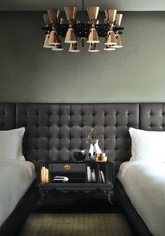 10 MODERNE SCHLAFZIMMER IDEEN FÜR 2016 - Klassich und schwarz Nachttisch in einem modernen Zimmer! Nachttisch von Boca do Lobo und Kronleuchter von Delightfull.  http://wohn-designtrend.de/10-moderne-schlafzimmer-ideen-fuer-2016