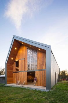 Image 2 of 17 from gallery of Swallowfield Barn / MOTIV Architects. Photograph by Ema Peter Pole Barn House Plans, Pole Barn Homes, Metal Building Homes, Building A House, American Barn, Wooden Barn, Metal Barn, Roof Structure, Metal Buildings