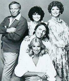 Three's Company cast (March 1977 - September Norman Fell as Stanley Roper (Seasons Joyce DeWitt as Janet Wood (Seasons Audra Lindley as Helen Roper (Seasons John Ritter as Jack Tripper (Seasons ans Suzanne Somers as Chrissy Snow (Seasons Children Of The Revolution, John Ritter, Three's Company, Old Shows, Comedy Tv, Vintage Tv, Vintage Photos, Old Tv, Classic Tv
