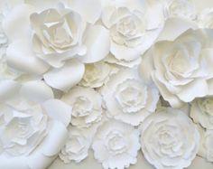Papel de telón de fondo de flor para bodas y eventos - colores de encargo disponibles.  Este espectacular arreglo de flores de papel es perfecto para la novia más exigente que desean crear un impresionante telón de fondo.  La creación de este fondo consiste en 23 flores en 4 tamaños diferentes. La luz disponible en color rosa oscuro, fucsia, rosa y blanco. Algunas flores están diseñadas con centros negros y este listado incluye una variedad de vegetación. El listado no incluye el fondo de la…