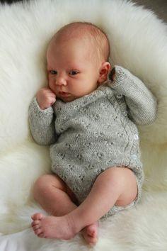 Denne lille bodyen var det første datteren vår fikk på seg etter hun ble født, jeg ønsket å skape et plagg som ville holde den fuktige nyfødte babyen min lun og varm i et mykt og deilig material. En omslags body er praktisk og enkel, det perfekte plagg for en nyfødt baby. Ull og silke holder barnet behagelig varm og hjelper å lede fuktighet vekk fra huden og regulerer kroppstemperaturen bra. Hva er vel bedre en å pakkes inn i en deilig hjemmestrikket body de første dagene i livet. Bruk en…